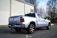 Dodge Ram helfoliert i Gloss Metallic Quick Silver fra Avery Dennison. (9 из 10)