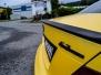 Mercedes C63 AMG foliert med matt sunflower-metallic-fra-pwf carbon detaljer morke lykter