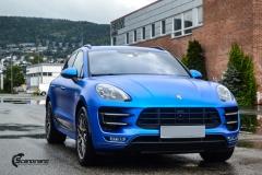 Porsche Macan helfolirt med Matt Anodized Blue 2.0 fra PWF-7