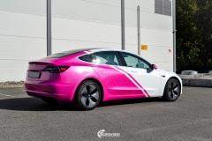Tesla Model 3 helfoliert i 2 farger Hexis Gloss Indian Pink Hexis, Satin White Gloss