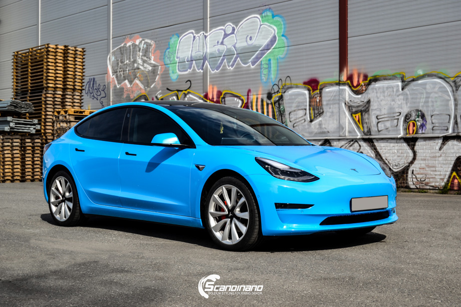 Tesla-Model-3-Helfoliert-i-GLOSS-LIGHT-BLUE-fra-Avery-SolfilmChrome-Delete-2