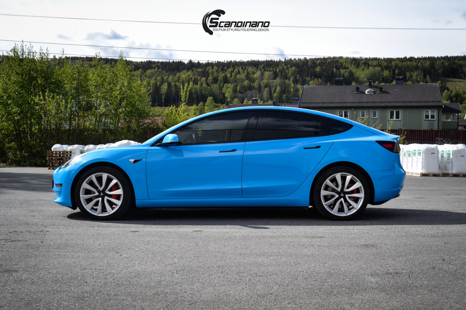 Tesla-Model-3-Helfoliert-i-GLOSS-LIGHT-BLUE-fra-Avery-SolfilmChrome-Delete-5