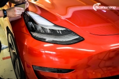Tesla Model 3 helfoliert med Dragon Fire Red fra 3M , Chrome delete