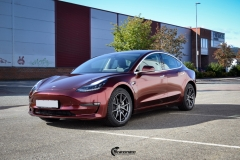 Tesla Model 3 helfoliert med Gloss Red Black fra KPMF-4