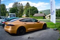 Tesla Model S helfoliert i brushed bronze fra Avery