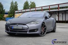 Tesla S foliert med brushed alu steel og karbon
