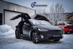 Tesla X foliert med black satin fra Avery Dennison