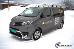 Toyota Proace profilert med Tranby Tømrerne dekor-2